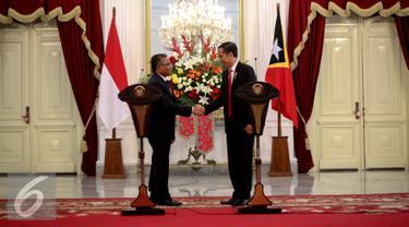 Presiden Jokowi (kanan) dan PM Timor Leste Rui Maria De Araujo berjabat tangan usai memberikan keterangan pers di Istana Merdeka, Jakarta, Rabu (26/8/2015). Pertemuan tersebut untuk meningkatkan kerjasama antar kedua negara. (Liputan6.com/Faizal Fanani)