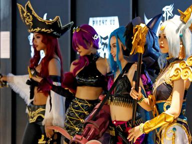Empat cosplayer Vietnam berpose dalam acara turnamen League of Legends Mid-Season Invitational 2019 di GG Stadium, Ho Chi Minh, Vietnam (7/5/2019). Deretan cosplayer cantik turut meramaikan turnamen e-sport tersebut. (Reuters/Kham)