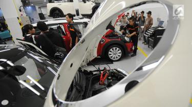 Teknisi sedang memperbaiki mobil Mini Cooper saat Grand Opening Plaza Mini, Summarecon, Tangerang, Banten, Jumat (4/5). Pembukaan dealer Mini Cooper Plaza Auto ini pertama di Provinsi Banten. (Merdeka.com/Dwi Narwoko)