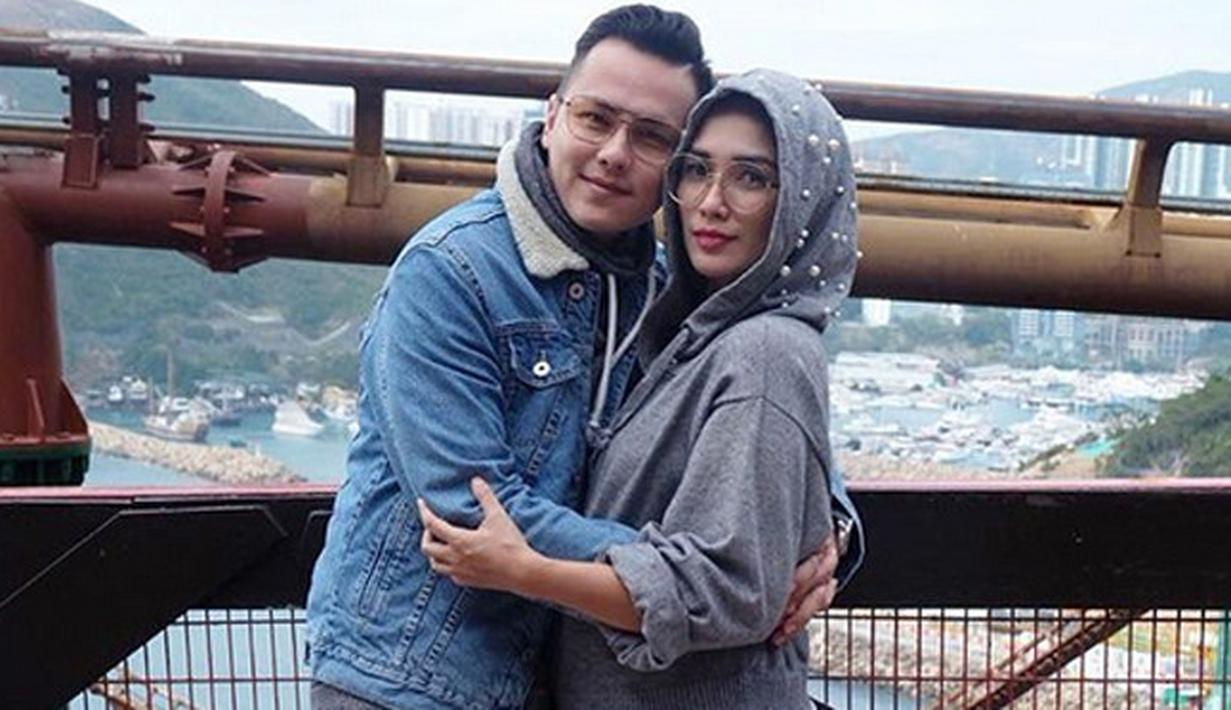 Banyak para selebriti kita yang memanfaatkan libur akhir tahun dengan mengunjungi luar negeri. Pada liburan akhir tahun, Ussy Sulistyawati dan Andhika Pratama serta anak-anaknya memanfaatkan liburan ke Hongkong. (Instagram/andhiiikapratama)