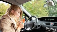 Merokok di mobil dapat timbulkan bau yang bertahan lama (Foto: washnrolltn.com)