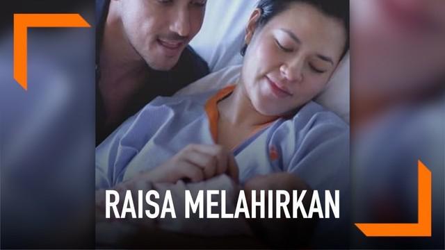 Kabar bahagia datang dari pasangan Raisa dan Hamish Daud. Keduanya diakruniai anak pertama berjenis kelamin perempuan.