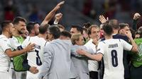 Pemain timnas Italia dan pelatih Roberto Mancini (kanan) merayakan kemenangan atas Belgia pada babak perempat final Euro 2020 / 2021 di Allianz Arena, Munich, Sabtu (3/7/2021) dinihari WIB. Italia sukses melenggang ke semifinal usai mendepak Belgia 2-1. (AP Photo/Matthias Schrader, Pool)