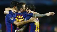 Para pemain Barcelona merayakan gol yang dicetak oleh Lionel Messi ke gawang Olympiakos pada laga Liga Champions di Stadion Camp Nou, Kamis (19/10/2017). Barcelona menang 3-1 atas Olympiakos. (AP/Manu Fernandez)