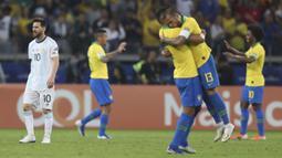 Striker Argentina, Lionel Messi, tampak lesu usai ditaklukkan Brasil pada laga Copa America 2019 di Stadion Mineirao, Rabu (3/7). Brasil menang 2-0 atas Argentina. (AP/Natacha Pisarenko)