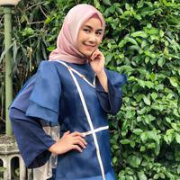 Gaya berhijab yang dipakai Anisa sehari-hari memang simple dan mudah. Pastinya ini cocok banget dicontoh oleh cewek-cewek berhijab untuk ke kantor dan kampus. (Instagram/anisarahma_12)