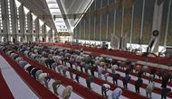 Umat Muslim sholat di Masjid Agung Faisal pada awal Itikaf, di sebuah masjid untuk pria selama bulan suci Ramadhan di Islamabad (3/5/2021). Umat Muslim melakukan Itikaf 10 hari terakhir bulan Ramadhan, dalam rangka meraih malam kemuliaan atau Lailatul Qadar. (AFP/Aamir Qureshi)