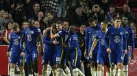 Para pemain Chelsea merayakan gol yang dicetak Ben Chilwell dalam laga kontra Brentford pada pekan kedelapan Liga Inggris, Sabtu (17/10/2021). Chelsea menang tipis 1-0 dalam laga tersebut. (AP Photo/Matt Dunham)