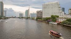 """Sejumlah perahu berlayar di Sungai Menam di Bangkok, ibu kota Thailand, pada 7 September 2020. Bangkok memiliki banyak sungai dan kanal yang berliku-liku, sehingga membuat kota tersebut dijuluki """"Venesia dari Timur"""". (Xinhua/Zhang Keren)"""