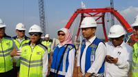 Menteri Rini meninjau dua ruas tol Trans Jawa yang pengerjaannya akan rampung akhir 2018. (Foto: Kementerian BUMN)