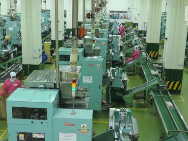 Pekerja mengawasi proses pengemasan salah satu produk Ajinomoto, Masako di Pabrik Ajinomoto, Mojokerto, Jawa Timur, Kamis (29/11). PT Ajinomoto Indonesia terus berinovasi guna merambah pasar dengan beberapa produk baru. (Liputan6.com/Helmi Fithriansyah)