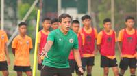 Pelatih Timnas Indonesia U-16, Bima Sakti, memantau proses seleksi untuk Piala AFF U-16 2021. (PSSI).
