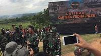 KSAD Jenderal TNI Andika Perkasa usai menyaksikan latihan tempur TNI AD di Baturaja, Sumatera Selatan, Kamis (26/11/2020). (Liputan6.com/Radityo Priyasmoro)
