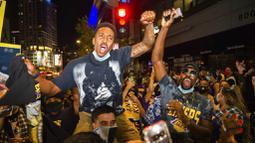 Fans LA Lakers melakukan selebrasi turun ke jalan usai menjuarai NBA 2020 di Los Angeles, Senin (12/10/2020). LA Lakers menjadi juara NBA 2020 setelah mengalahkan Miami Heat dengan skor 106-93 dalam final gim ke enam. (AP Photo/Jintak Han)
