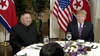 Kim Jong-un dan Donald Trump saat makan malam di acara KTT AS - Korea Utara jilid 2 di Hanoi, Vietnam. (AP)