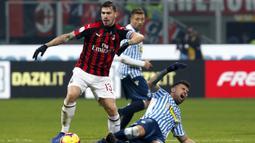 Striker SPAL, Andrea Petagna, berusaha menekel bek AC Milan, Alessio Romagnoli, pada laga Serie A di Stadion San Siro, Milan, Sabtu (29/12). Milan menang 2-1 atas SPAL. (AP/Antonio Calanni)