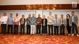 Ketua KPU Arief Budiman bersama para panelis serta moderator debat keempat Pilpres 2019 saat acara penandatanganan pakta integritas di Jakarta, Rabu (27/3). Penandatanganan pakta integritas ini merupakan bentuk komitmen menjaga independensi dan integritas debat. (Liputan6.com/Johan Tallo)