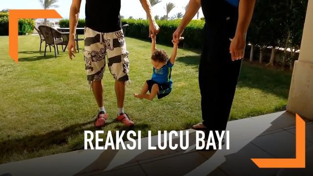 Para bayi ini memberikan reaksi lucu ketika orangtuanya mencoba mengenalkan dirinya pada rumput. Lihat deh!
