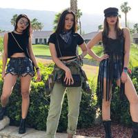 Tidak sendirian, hadir di Coachella, Nia bersama dengan gengnya, Theresa Wienathan dan Vannya Istarinda. Penampilan ketiga wanita ini sangat kece badai. (Instagram/ramadhaniabakrie)