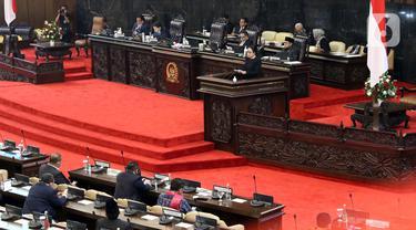 Ketua DPR RI, Puan Maharani memberi pidato pembuka Sidang Paripurna Masa Persidangan IV 2019-2020 di Kompleks Parlemen, Jakarta, Senin (15/6/2020). Rapat beragendakan penyampaian fraksi atas kerangka ekonomi makro dan pokok-pokok kebijakan fiskal RAPBN 2021. (Liputan6.com/Helmi Fithriansyah)