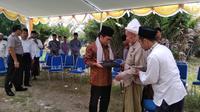 Pengasuh Ponpes Nurul Cholil Bangkalan, KH Zubair Muntashor memberikan cindramata kepala Dirjen Pendis Kemenag, Kamarudin Amin.