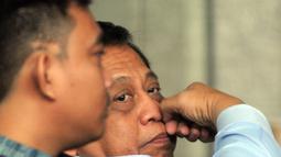 Anggota DPR Komisi X, Djoko Udjianto berada di ruang tunggu untuk pemeriksaan di Gedung KPK, Jakarta, Rabu (13/2). Djoko Udjianto diperiksa terkait kasus suap Dana Alokasi Khusus (DAK) Kabupaten Kebumen APBD-P Tahun 2016. (Merdeka.com/Dwi Narwoko)