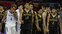 Pemain Basket Indonesia saat melawan Filipina pada laga semifinal SEA Games 2019 di Mall Of Asia Arena, Pasay, Senin (9/12). Indonesia kalah 97-70 dari Filipina. (Bola.com/ M Iqbal Ichsan)