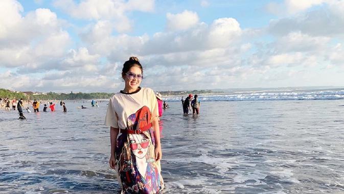 Kacamata Dari Rusia Via Vallen Terseret Ombak Sesaat Liburan Di Bali