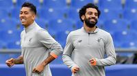 Striker Liverpool, Mohamed Salah dan Roberto Firmino saat latihan jelang laga Liga Champions di Stadion Olympic, Roma, Selasa (1/5/2018). Liverpool akan berhadapan dengan AS Roma. (AP/Ettore Ferrari)
