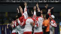 Pemain dan pelatih tim beregu putra Indonesia merayakan gelar juara cabang bulutangkis SEA Games 2019 di Multinlupa Sport Center, Rabu (4/12). Indonesia meraih emas setelah menang 3-1 atas Malaysia. (Bola.com/M Iqbal Ichsan)