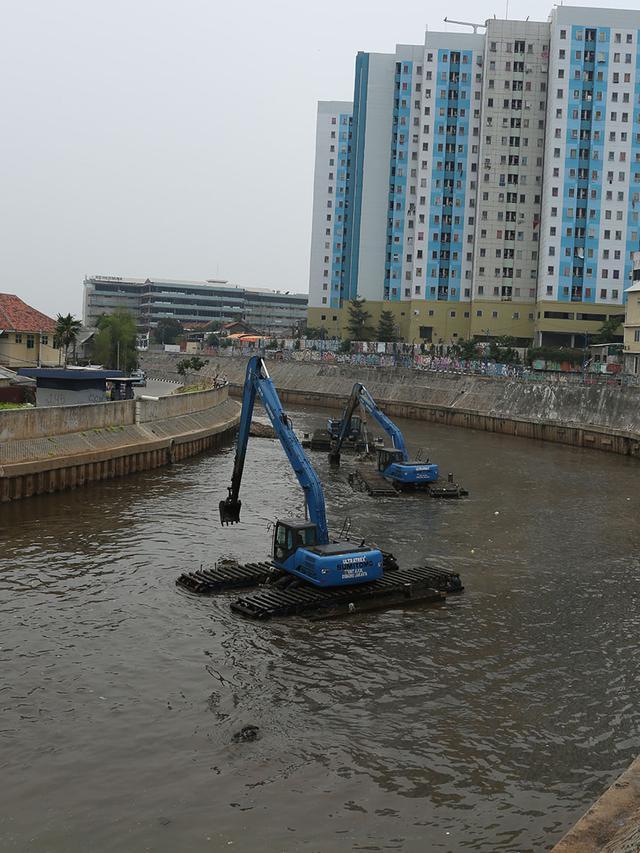Antisipasi Banjir, Lumpur Kali Ciliwung Dikeruk