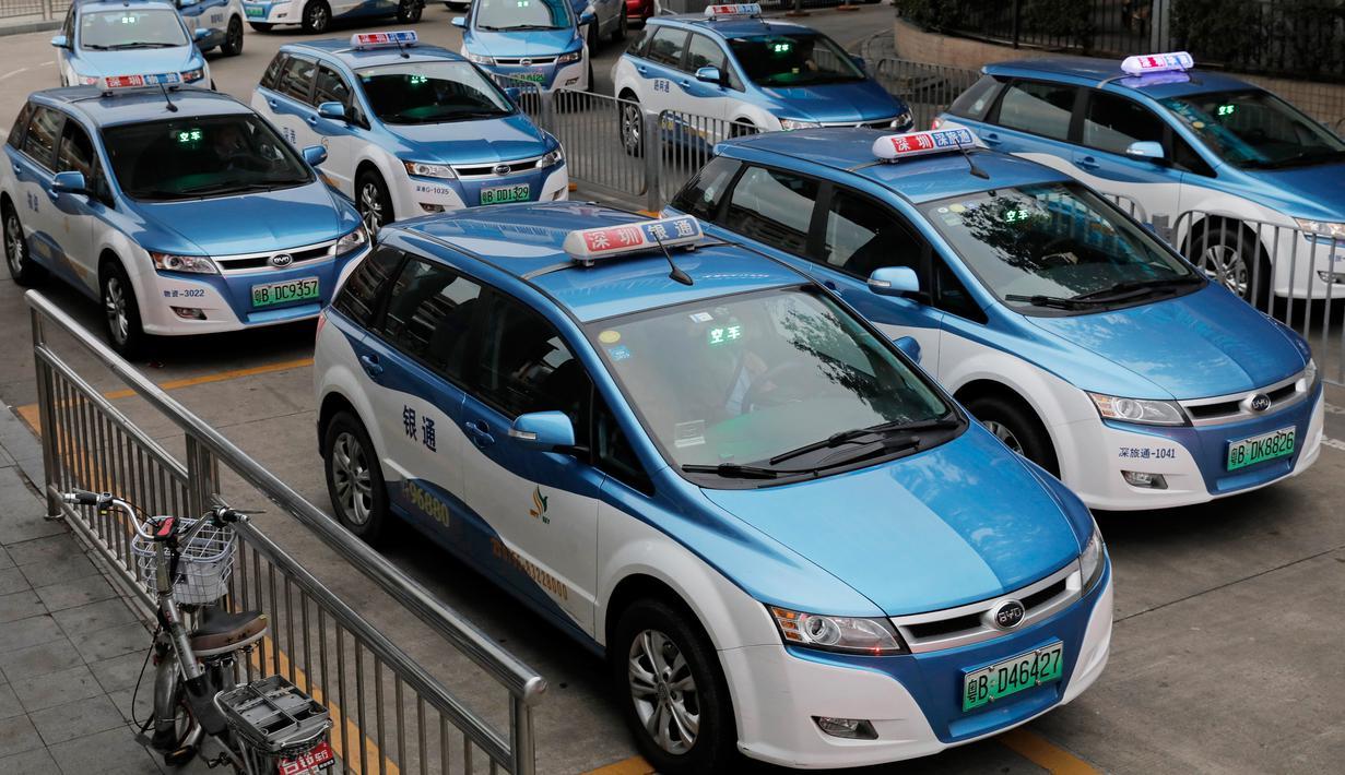 Armada taksi bertenaga listrik terlihat di kota Shenzhen, sebelah selatan China pada 7 Januari 2019. Salah satu kota besar di China itu mengumumkan awal tahun ini bahwa 99 persen dari 21.689 taksi yang beroperasi telah bertenaga listrik. (AP/Vincent Yu)