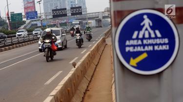 Sejumlah pengendara melintasi Jalan Gatot Subroto, Jakarta, Jumat (1/9). Terkait libur perayaan Idul Adha, sejumlah ruas jalan protokol Ibukota Jakarta terlihat lengang. (Liputan6.com/Helmi Fithriansyah)