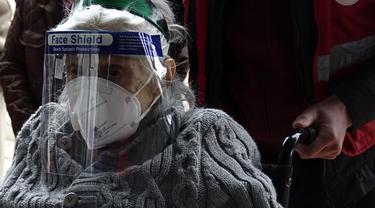Seorang pria mendorong pasien di kursi roda untuk mendapatkan vaksin COVID-19, di aula olahraga di ibu kota Sarajevo, Bosnia, Rabu (21/4/2021). Bosnia telah melaporkan lebih dari 7.000 kematian COVID-19 dari 3,3 juta populasinya - di antara angka terburuk di Eropa. (AP Photo/Eldar Emric)