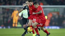 Pemain Liverpool, Philippe Coutinho (kanan) dan Adam Lallana berusaha melewati hadangan pemain Southampton, Oriol Romeu pada laga semifinal leg kedua Piala Liga Inggris di Anfield stadium, Liverpool (25/1/2017). Liverpool kalah 0-1. (AP/Dave Thompson)