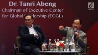 Pendiri dan pimpinan Executive Center for Global Leadership (ECGL) Tanri Abeng (kanan) didampingi pemimpin oposisi Malaysia, Anwar Ibrahim (kiri) saat menjadi pembicara dalam The ECGL Leadership Forum 2018 di Jakarta, Rabu (4/7). (Liputan6.com/JohanTallo)