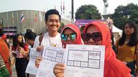 Penonton dari Palembang memperlihatkan tiket untuk menonton closing ceremony Asian Para Games 2018 (Liputan6.com/Cakrayuri Nuralam)
