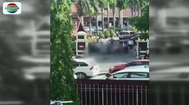 Empat pria tiba-tiba keluar dari mobil dan menyerang dua orang polisi dengan samurai. Polisi kemudian mengambil tindakan tegas dengan menembak mati empat pelaku.