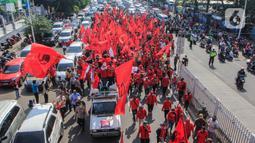 Kader PDIP Jakarta Timur melakukan aksi jalan kaki menuju Polres Jaktim, Kamis (25/6/2020). Ratusan massa simpatisan dan kader PDIP melakukan long march dengan membawa atribut partai politiknya menuntut pembakaran bendera partai pada aksi di depan DPR, Rabu 24 Juni 2020. (Liputan6.com/Johan Tallo)