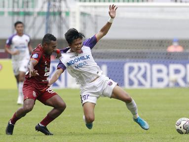 Pemain Borneo FC, Terens Puhiri, menarik baju pemain Persita Tangerang, Edo Febriansyah, pada laga BRI Liga 1 di Stadion Pakansari, Bogor, Sabtu (10/2/2021). (Bola.com/M Iqbal Ichsan)