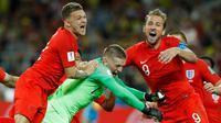 Pemain timnas Inggris, Harry Kane, Jordan Pickford dan Kieran Trippier merayakan akhir laga 16 besar Piala Dunia 2018 melawan Kolombia di Stadion Spartak, Selasa (3/7). Inggris lolos ke perempat final setelah menang adu penalti 4-3. (AP/Victor R. Caivano)