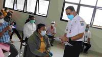 Gubernur DKI Jakarta Anies Baswedan meninjau penyaluran bantuan sosial tunai (BST). (Dokumentasi Pemprov DKI)