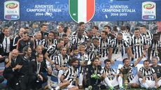 Juventus akhirnya mengangkat trofi juara Liga Italia Serie A yang ke-31. I Bianconeri merayakan titel juara tersebut usai membungkam Napoli 3-1 di Juventus Stadium, Sabtu (23/5) malam WIB.