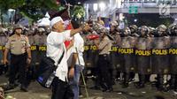 Peserta aksi massa Gerakan Nasional Kedaulatan Rakyat saat membubarkan diri usai unjuk rasa di depan Gedung Bawaslu, Jakarta, Selasa (21/5/2019). Dalam aksinya, mereka meminta Bawaslu memeriksa hasil Pemilu 2019 yang dinilai banyak kecurangan. (Liputan6.com/Helmi Fithriansyah)