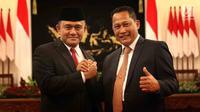 Kepala BNN Irjen Heru Winarko berpose bersama Komjen Budi Waseso atau Buwas usai resmi dilantik di Istana Negara, Jakarta, Kamis (1/3). Heru menggantikan Budi Waseso yang mulai pensiun dari Polri mulai hari ini. (Liputan6.com/Angga Yuniar)