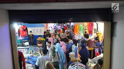 Warga memelih pakaian di pasar Tanah Abang, Jakarta, Minggu (26/5). Jelang lebaran masyarakat mulai memadati pusat perbelanjaan untuk membeli kebutuhan saat Hari Raya Idul Fitri. (Liputan6.com/Angga Yuniar)