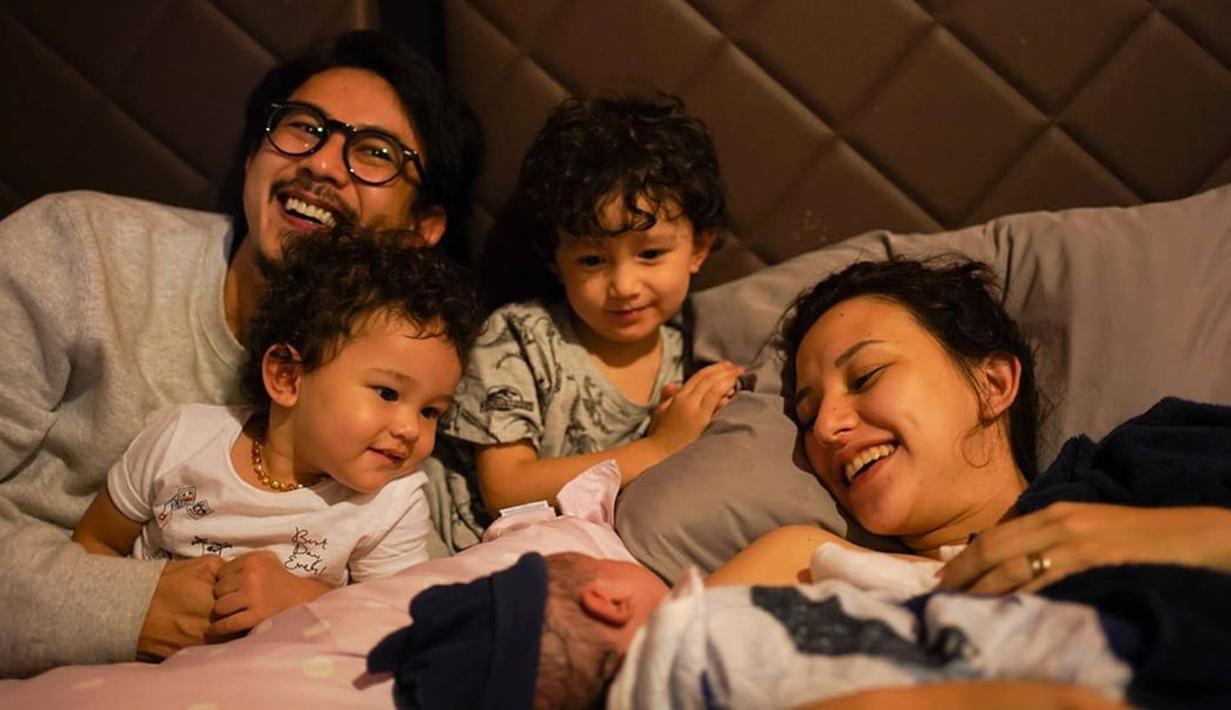 Fandy Christian dan Dahlia Poland kini tengah berbahagia. Pasalnya anak ketiga mereka yang dinantikan telah lahir. Jumat (9/10/2020), Dahlia telah melahirkan bayinya yang berjenis kelamin laki-laki. (Instagram/dahliachr)