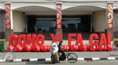 Pesepeda melintasi kawasan Ambarukmo Plaza,Yogyakarta yang di hiasi dengan Tulisan Gong Xi Fa Cai, Minggu (7/2).Aksesoris di pasang untuk menyambut tahun baru imlek sekaligus untuk menarik minat pembeli untuk berbelanja di mall tersebut.(Boy Harjanto)