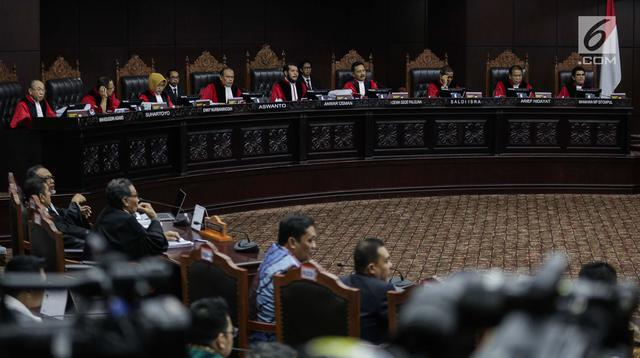 Suasana saat Ketua Kuasa Hukum KPU untuk Pilpres, Ali Nurdin memberikan keterangan dalam sidang sengketa Pilpres 2019 di Gedung MK, Jakarta, Selasa (18/6/2019). Sidang tersebut beragendakan mendengarkan jawaban dari termohon. (Liputan6.com/Faizal Fanani)