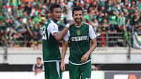 Bek Persebaya, Hansamu Yama (kiri) dan Manuchekhr Dzhalilov siap bertarung di Piala Presiden 2019. (Bola.com/Aditya Wany)